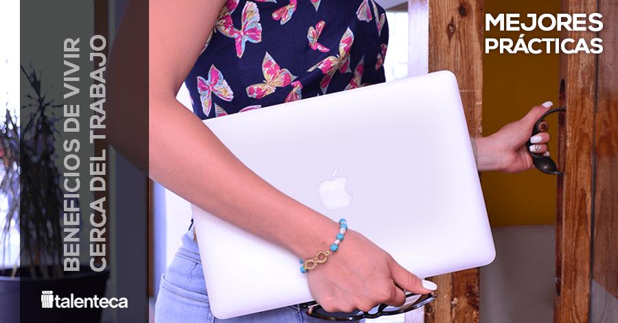Beneficios de vivir cerca del trabajo-persona abriendo la puerta-mujer laptop